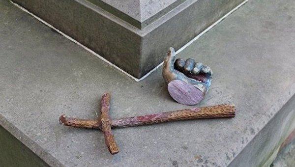 Отпиленная и залитая краской рука памятника Иоанну Павлу II в Дрогобыче