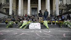 Цветы в память о жертвах терактов в Брюсселе. 22 марта 2016
