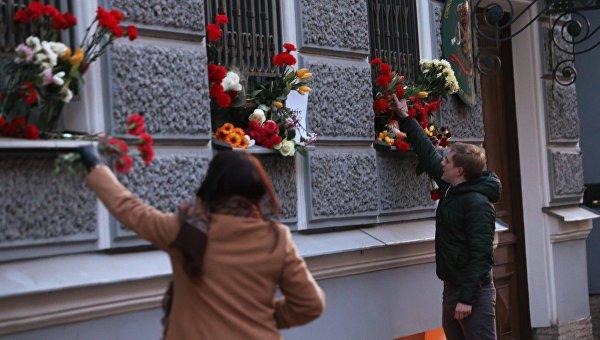 Горожане возлагают цветы у консульства Бельгии в Санкт-Петербурге в память о погибших в результате нескольких взрывов, прогремевших 22 марта в аэропорту Завентем и в брюссельском метро