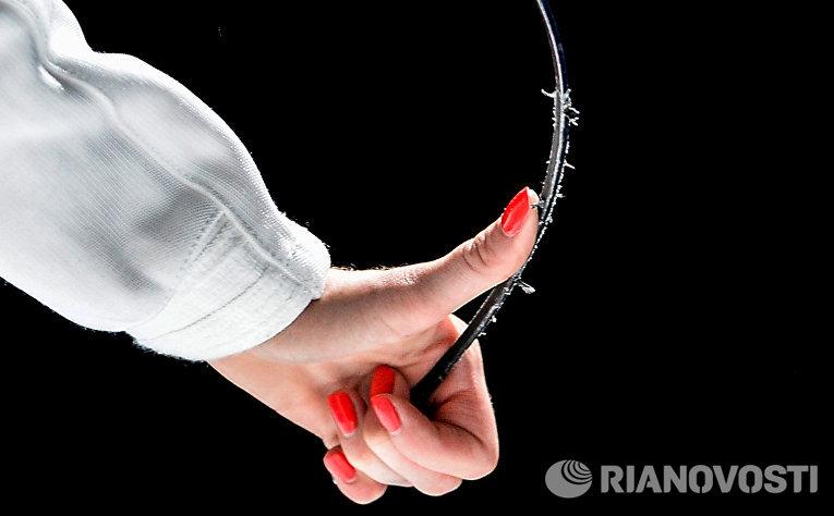 Инна Дериглазова (Россия) во время полуфинального поединка с Арианной Эрриго (Италия) на соревнованиях среди женщин по фехтованию на рапирах на чемпионате мира в Москве