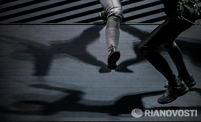 Слева направо: Паулина Ранвье (Франция) и Габриэлла Варга (Венгрия) в поединке за 3-е место на соревнованиях командного первенства среди женщин по фехтованию на рапирах на чемпионате мира в Москве