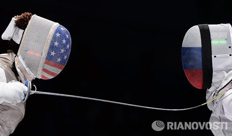 Слева направо: Нзинга Прескод (США) и Аида Шанаева (Россия) в полуфинальном поединке на соревнованиях среди женщин по фехтованию на рапирах на чемпионате мира в Москве