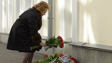 Председатель Совета Федерации России Валентина Матвиенко возлагает цветы у здания посольства Бельгии в память о погибших в результате терактов, произошедших 22 марта