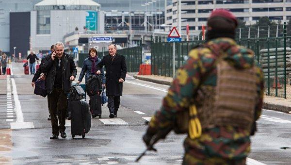 Пассажиры в аэропорту Завентем в Брюсселе, где 22 марта произошел взрыв