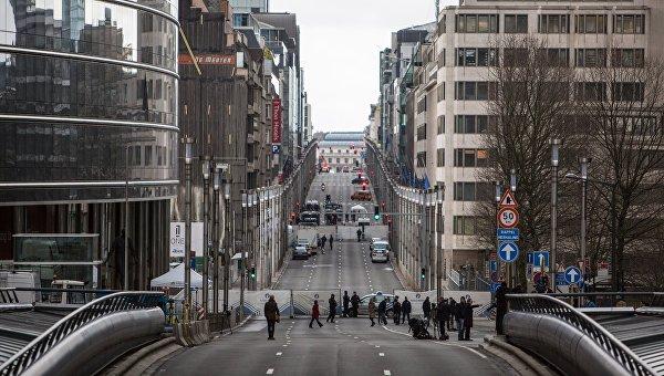 Военнослужащие и полицейские стоят в оцеплении неподалеку от здания штаб-квартиры Европейской комиссии в Брюсселе
