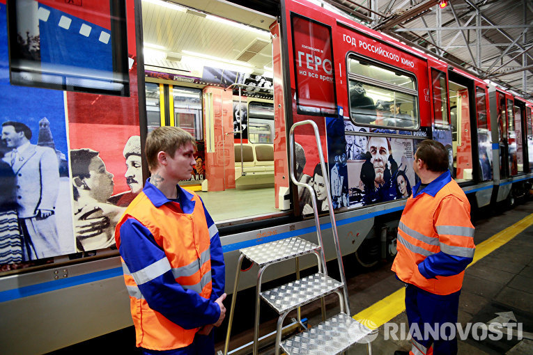 Сотрудники московского метрополитена рассматривают поезд Герои на все времена