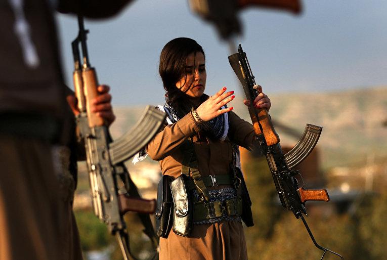 Иранские курды перед празднование Навруза в городе Коя