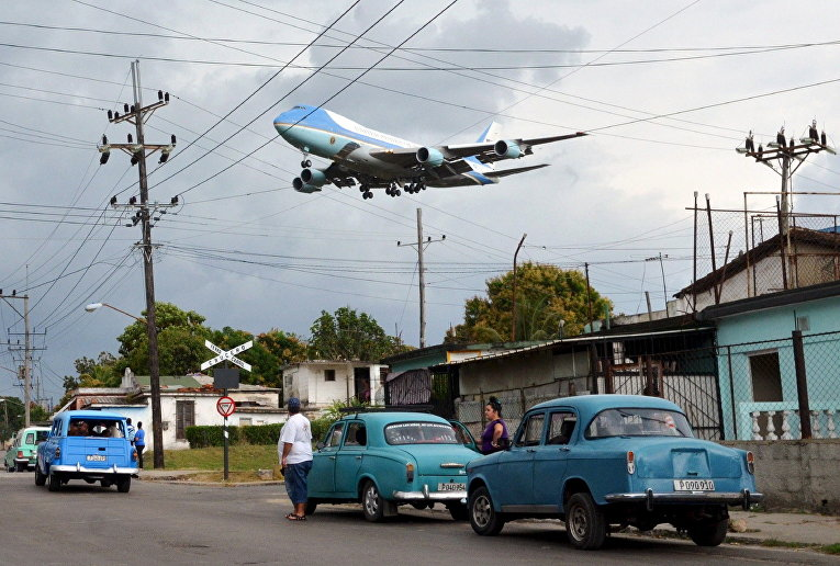 Самолет президента США Барака Обамы заходит на посадку в аэропорту Гаваны, Куба