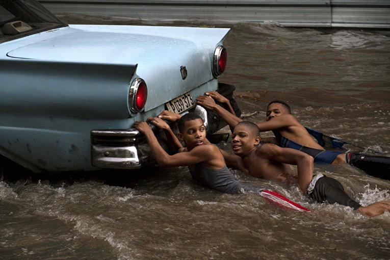 Дети играют во время наводнения в Гаване, Куба