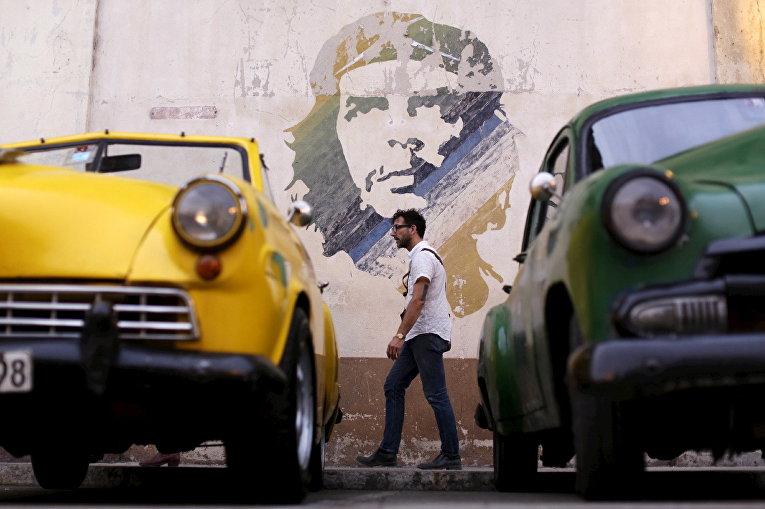 Портрет кубинского революционера Эрнесто Че Гевары на одной из улиц Гаваны, Куба