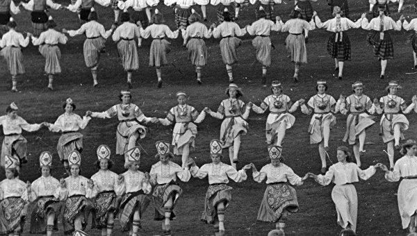Солисты танцевальных ансамблей участвуют в празднике танца. Таллин, Эстония