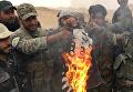 """Сирийские солдаты сжигают флаг террористической группировки """"Исламское государство"""" (запрещенная в РФ), снятый с крепости Пальмиры"""