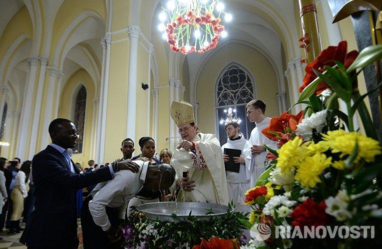 В соборе Непорочного Зачатия Пресвятой Девы Марии в Москве во время празднования католической Пасхи