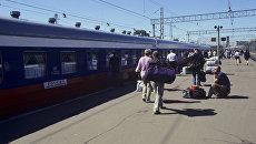 Пассажиры на перроне Ярославского вокзала в Москве. Архивное фото