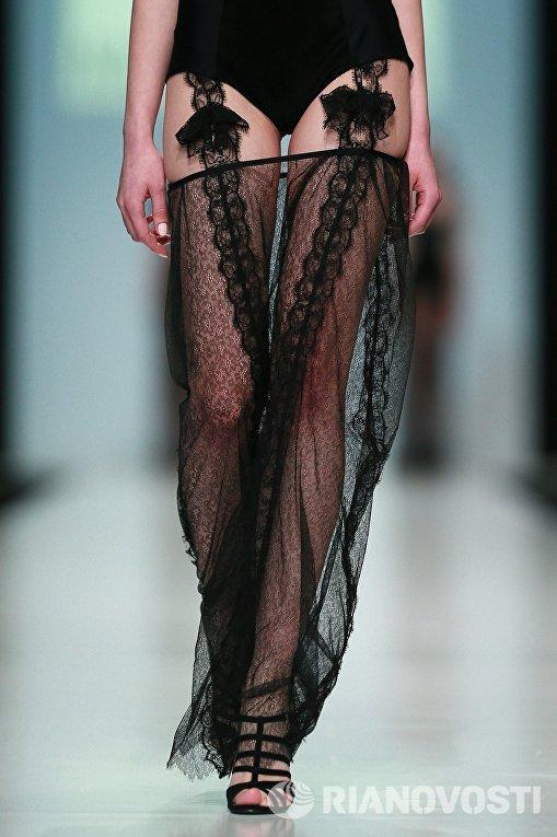 Модель демонстрирует одежду из новой коллекции дизайнера Нади Славной Monochrome в рамках недели моды Сделано в России