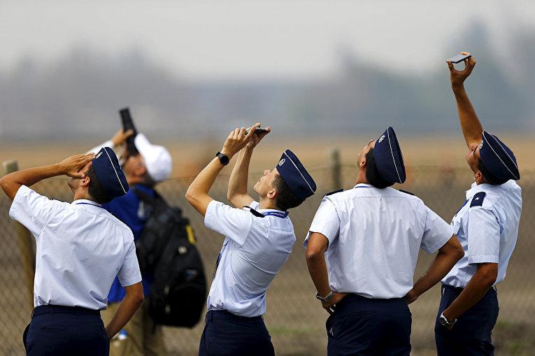 Военнослужащие ВВС Чили на международном аэрокосмическом салоне Латинской Америки FIDAE в аэропорту Сантьяго