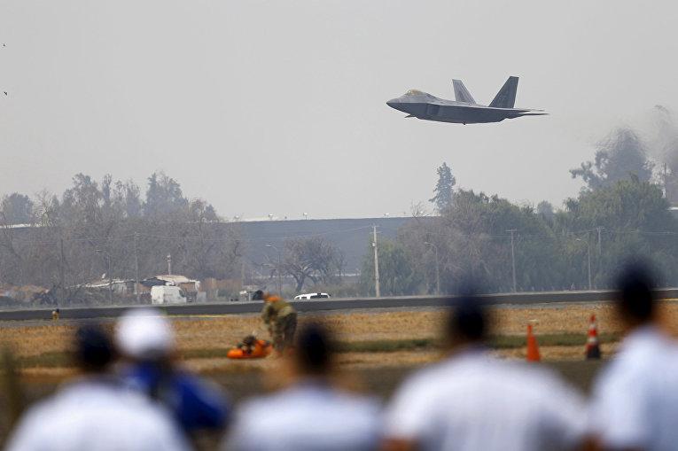 Истребитель ВВС США F-22 Raptor во время выступления на международном аэрокосмическом салоне Латинской Америки FIDAE в аэропорту Сантьяго