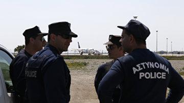 Полиция Кипра в аэропорту Ларнака