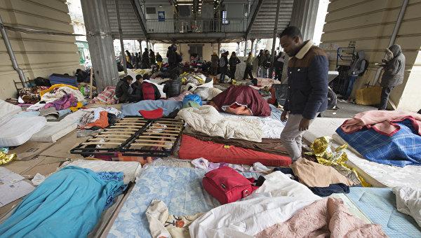 Мигранты возле станции метро Сталинград в Париже. Архивное фото