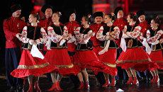 Казачий танцевальный ансамбль на генеральной репетиции открытия Международного военно-музыкального фестиваля Спасская башня. 2010 год
