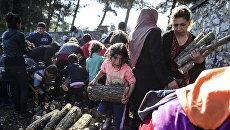 Мигранты и беженцы в палаточном лагере. Архивное фото