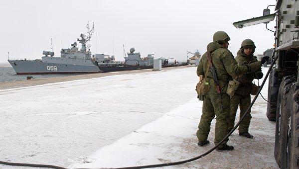 Учебные занятия морской инженерной службы Черноморского флота по развертыванию подвижного пункта электроснабжения на тренировочном комплексе в поселке Новоозёрное в Крыму