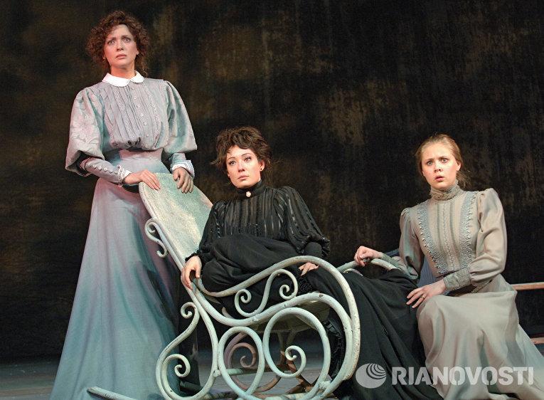 Репетиция спектакля Три сестры Галины Волчек в Современнике