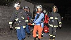 Спасатели работают на месте землетрясения на японском острове Кюсю. Архивное фото