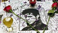 Мемориал созданный поклонниками Принса у Apollo Theater в Нью-Йорке