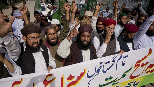 Члены радикальной исламской группировки Суннит Техрик во время демонстрации с требованием казни для Асии Биби в Равалпинди, Пакистан