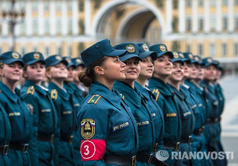 Курсанты МЧС России во время репетиции пешей части военного парада Победы на Дворцовой площади в Санкт-Петербурге