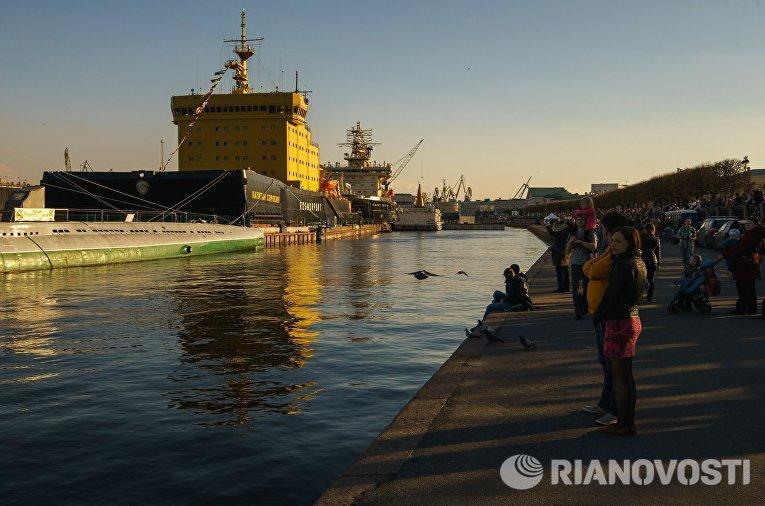 Посетители на набережной лейтенанта Шмидта во время фестиваля ледоколов на реке Неве в Санкт-Петербурге