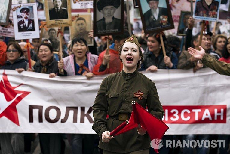 Участники шествия Бессмертный полк в честь 71-й годовщины Победы в Великой Отечественной войне 1941-1945 годов в Бишкеке
