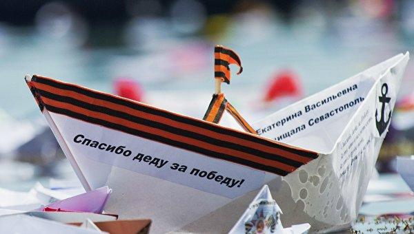 Кораблики, запущенные в Черное море участниками акции Кораблик Победы в Феодосии