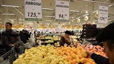 Покупатели у прилавка с лимонами  из Турции. Архивное фото