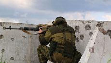 Военнослужащие Народной милиции ЛНР ведут наблюдение на позициях близ линии соприкосновения в Донбассе. Архивное фото