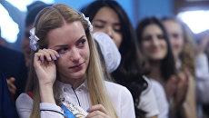 Школьники на празднике Последний звонок в школе №2095 в Москве. Архивное фото