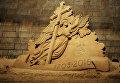 Песчаная скульптура ангела на пляже у Петропавловской крепости в Санкт-Петербурге