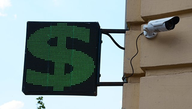 Информационное табло со знаком доллара на одной из улиц Москвы