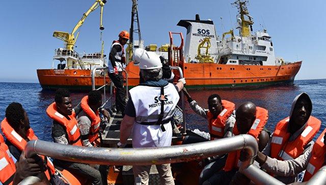 Итальянские cотрудники экстренных служб обнаружили тела 15 мигрантов вСредиземном море