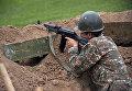 Военнослужащий армии обороны Нагорного Карабаха на первой линии обороны. Апрель 2016 года