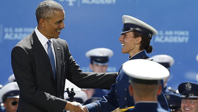 Американский президент Барак Обама поздравляет выпускников Академии ВВС США в Колорадо-Спрингс. 2 июня 2016