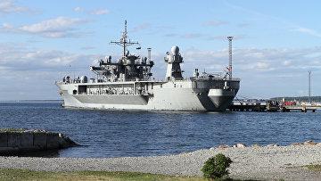 Флагманский корабль шестого флота США Mount Whitney в порту. Архивное фото