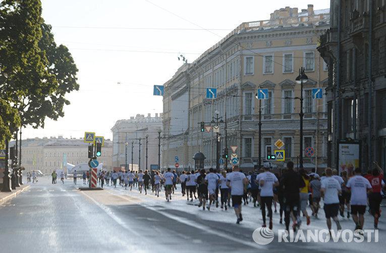 Участники благотворительного забега SPIEF Race бегут по Невскому проспекту в Санкт-Петербурге