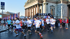 Участники благотворительного забега SPIEF Race на старте у Исаакиевского собора