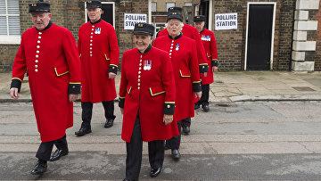 Пенсионеры Королевского госпиталя в Челси выходят с избирательного участка после голосования на референдуме по сохранению членства Великобритании в ЕС