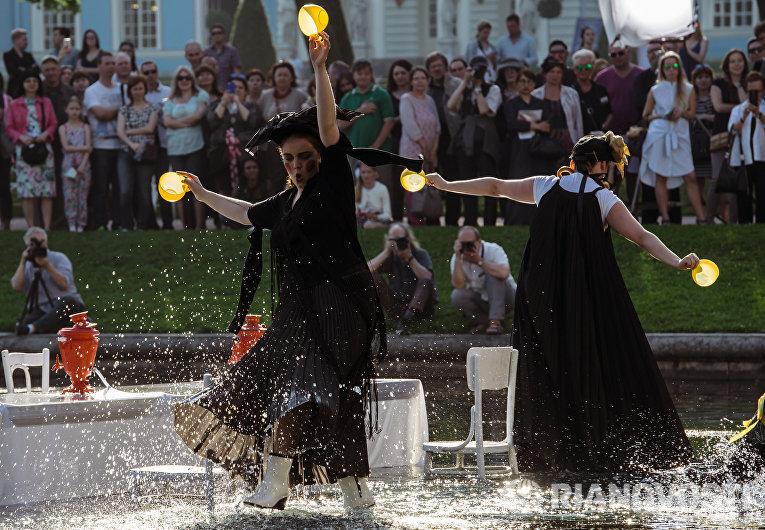 Модели представляют коллекцию Лилии Киселенко во время театрализованного шоу-дефиле Царское село. Русский стиль