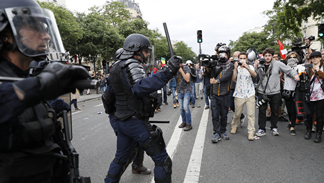 Встолице франции милиция разогнала протестующих слезоточивым газом игранатами