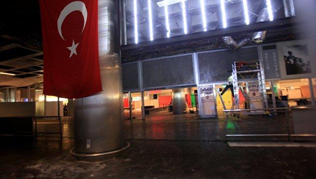 У входа в аэропорт Ататюрка в Стамбуле, где произошел теракт