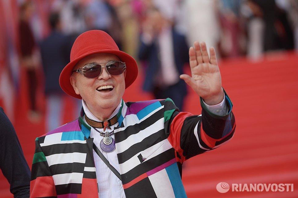 Модельер Вячеслав Зайцев перед началом церемонии закрытия 38-го Московского международного кинофестиваля